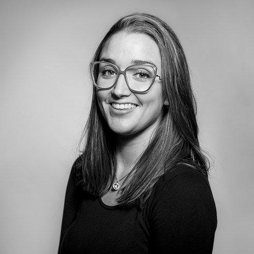 La fotógrafa y diseñadora Isabel Lledó sonriendo mientras mira a cámara
