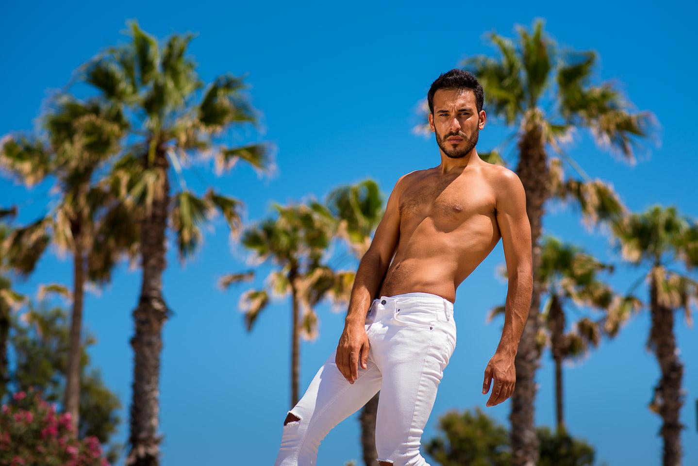 Lucho en la playa de la Patacona durante su sesión de moda en Valencia