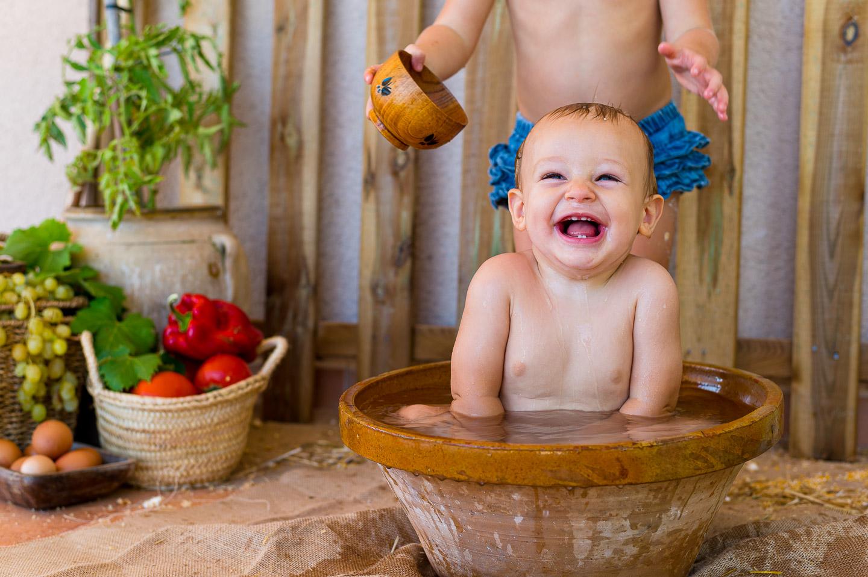 Pau riendo en su baño post sesión Smash Cake. PSTFotografía