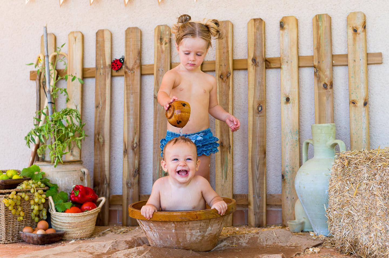 Anna y Pau en su baño post sesión Smash Cake. PSTFotografía
