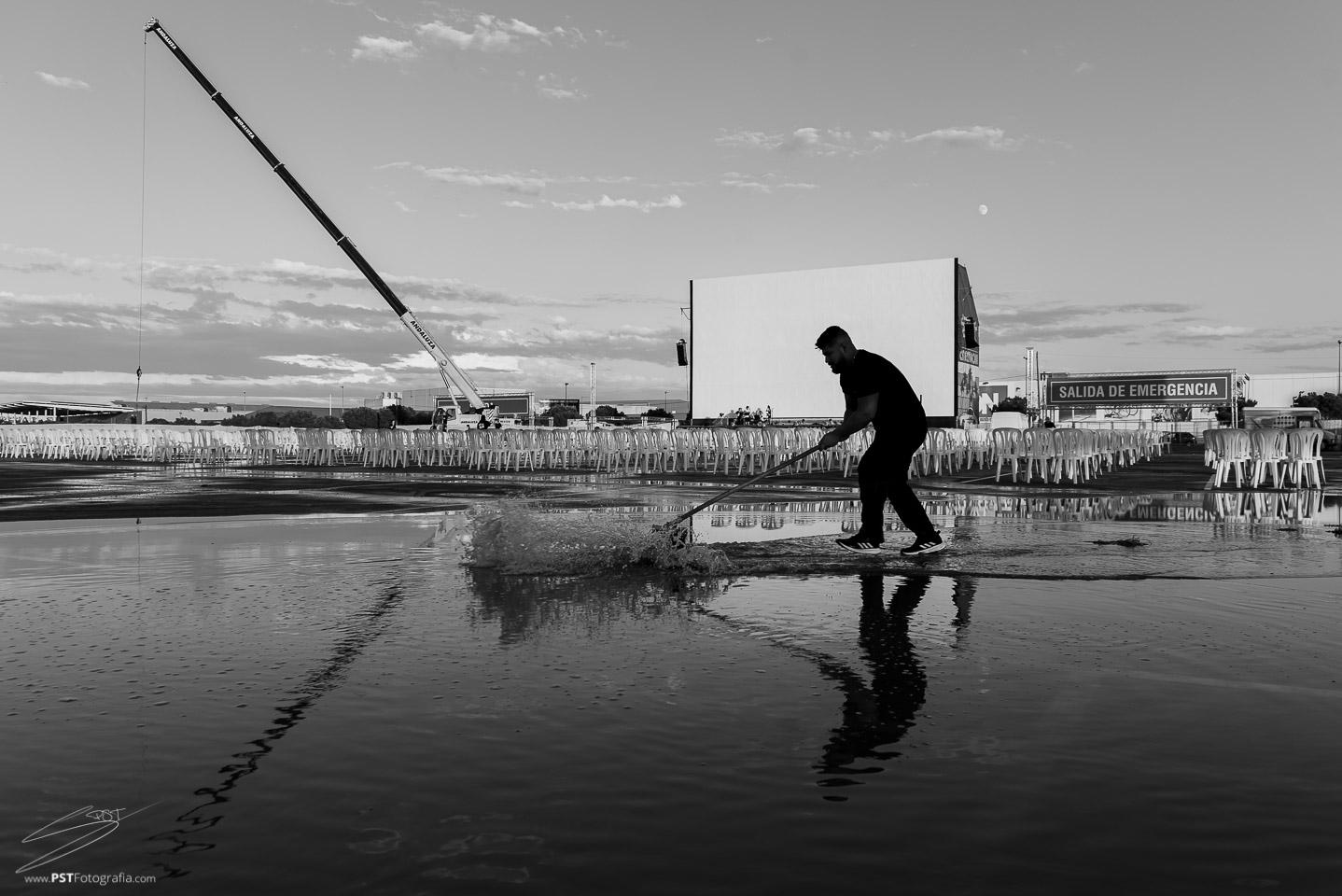 Trabajador de Cinemacar achicando agua tras la tormenta