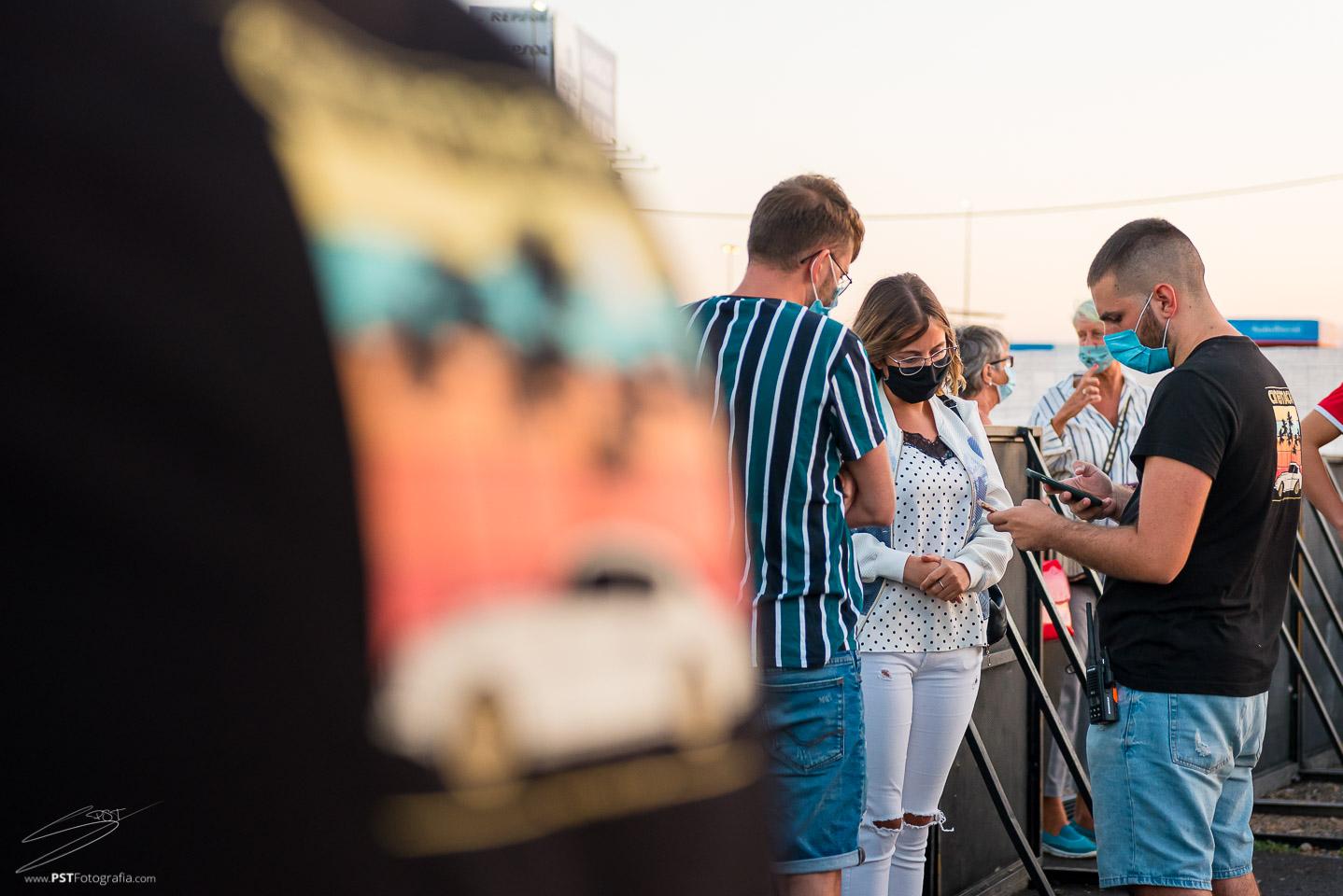 Trabajadores de Cinemacar validan las entradas del espectáculo