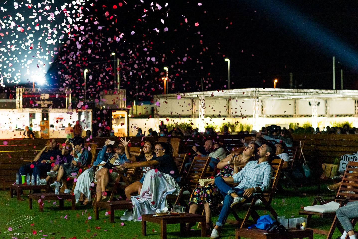 El público alucinó con el espectáculo aéreo Sylphes en Cinemacar Alicante