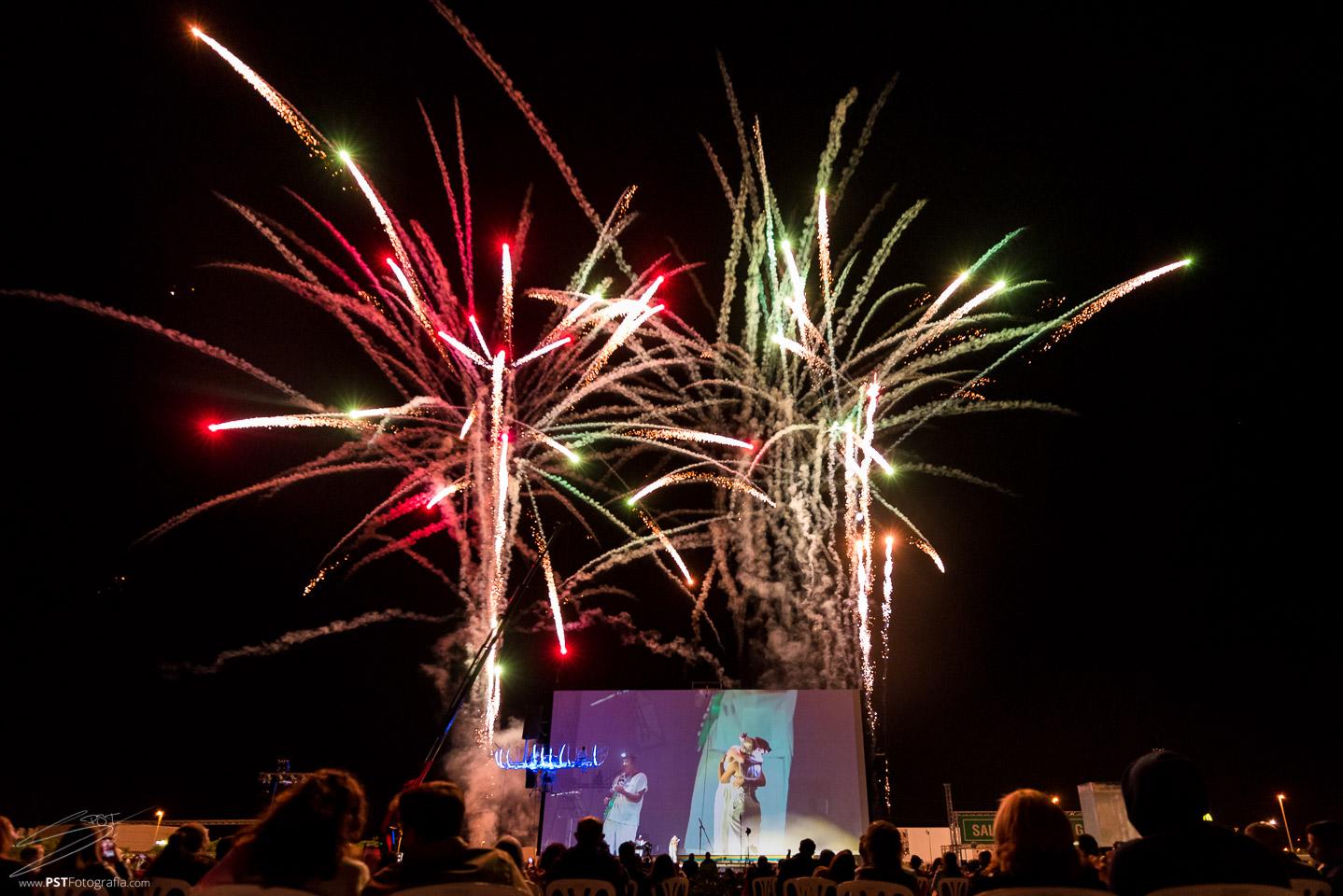Fuegos artificiales para finalizar el espectáculo de la Fura dels Baus en Cinemacar Alicante