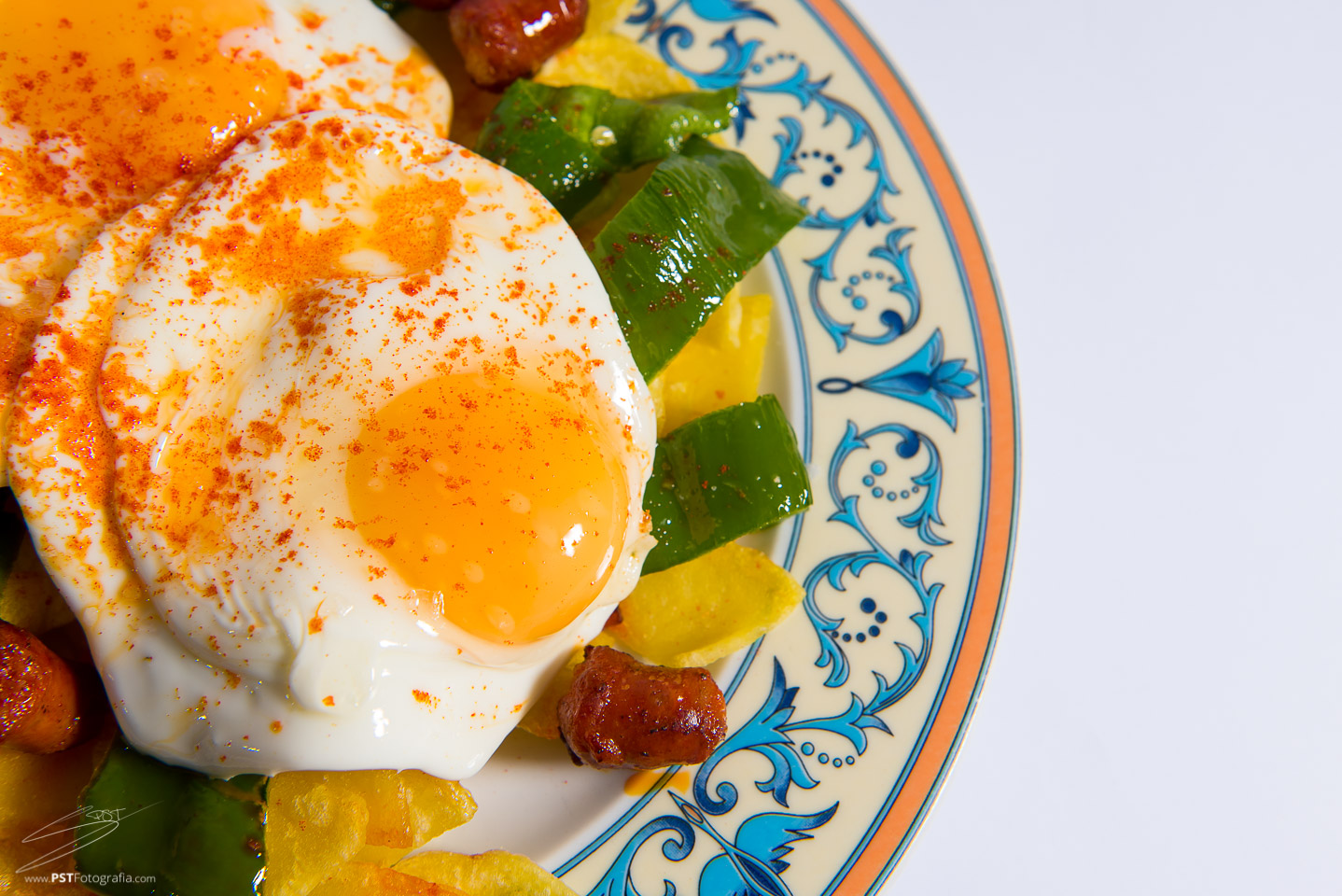 Huevos rotos con Chistorra, fotografía de producto en Alcoy