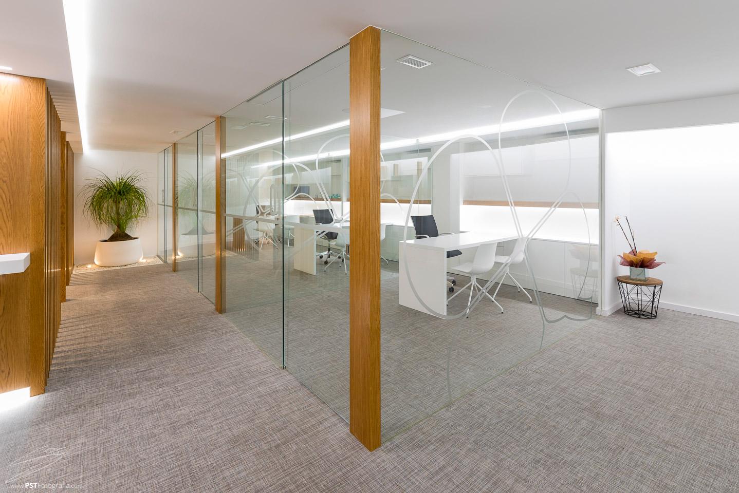 Oficinas acristaladas y luces led para aprovechar al máximo la luz que se crea