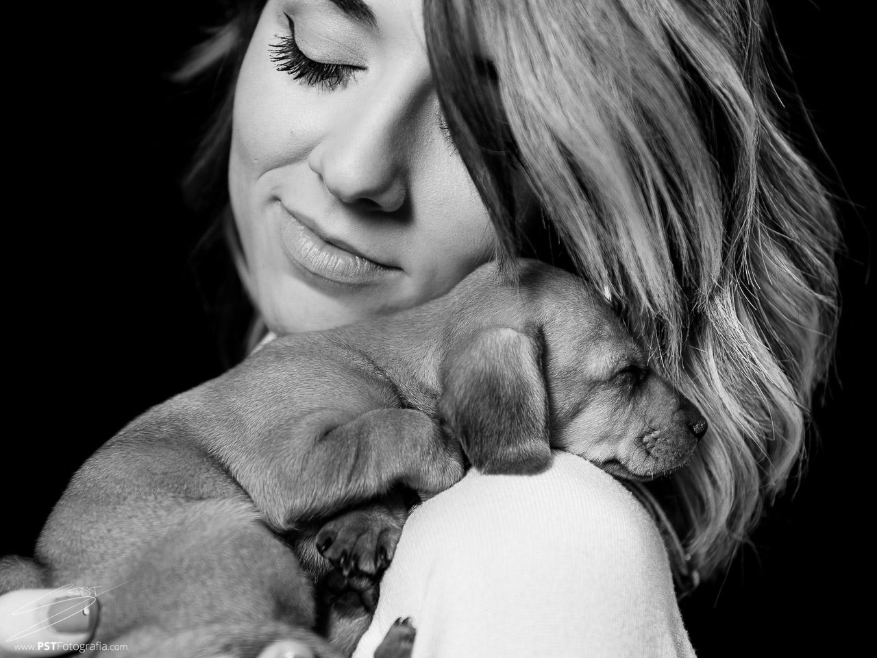 Perro salchicha durmiendo sobre el hombro de su dueña. PSTFotografía.