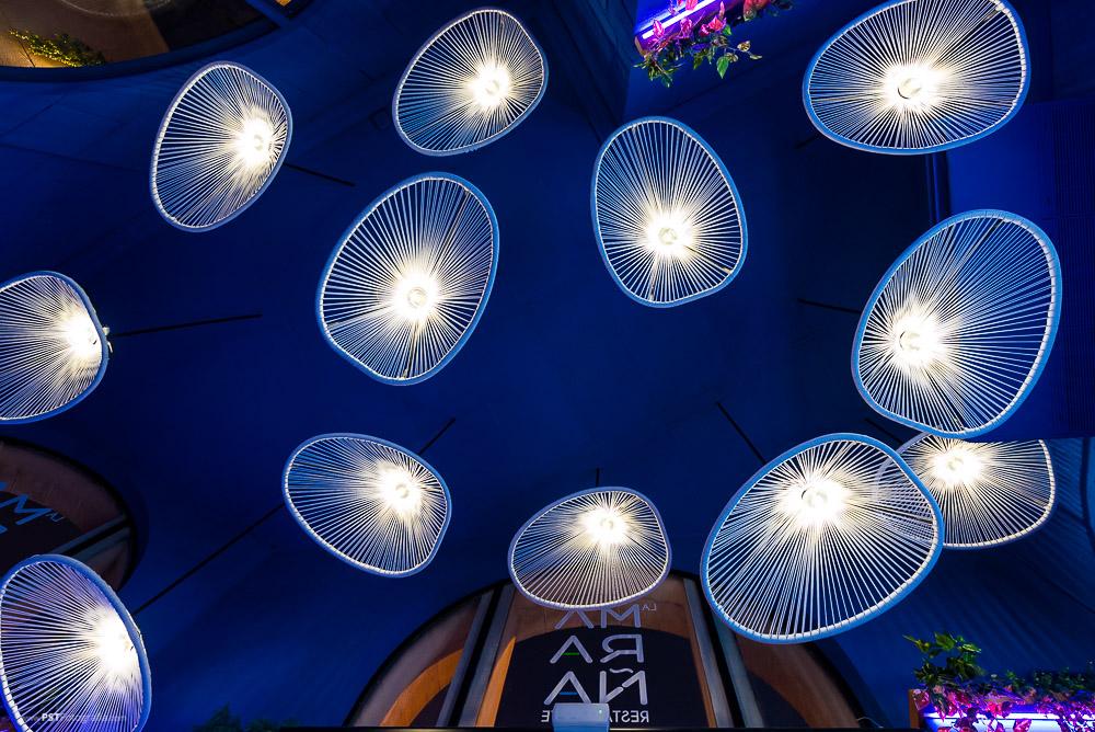 Utilizar sillas del revés para hacer lámparas ha sido un recurso muy llamativo de Svetlana Shaporovska en Restaurante La Maraña
