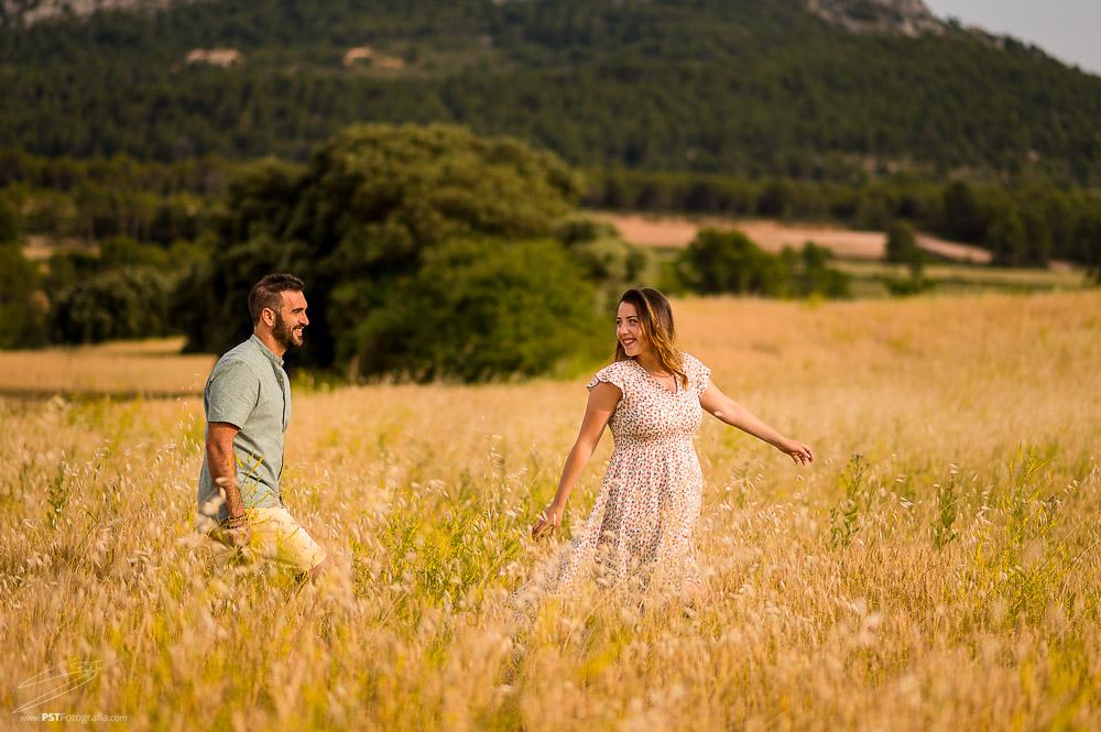 Pareja en campos de trigo. Embarazo en Alcoy con Raquel y Fran