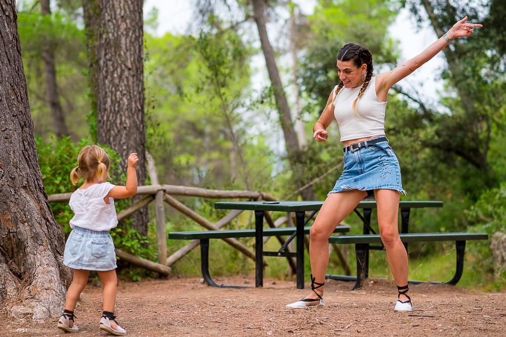 Madre e hija bailando en su sesión de fotos en Alfafara